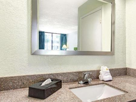 Badezimmer Days Inn by Wyndham Kissimmee FL