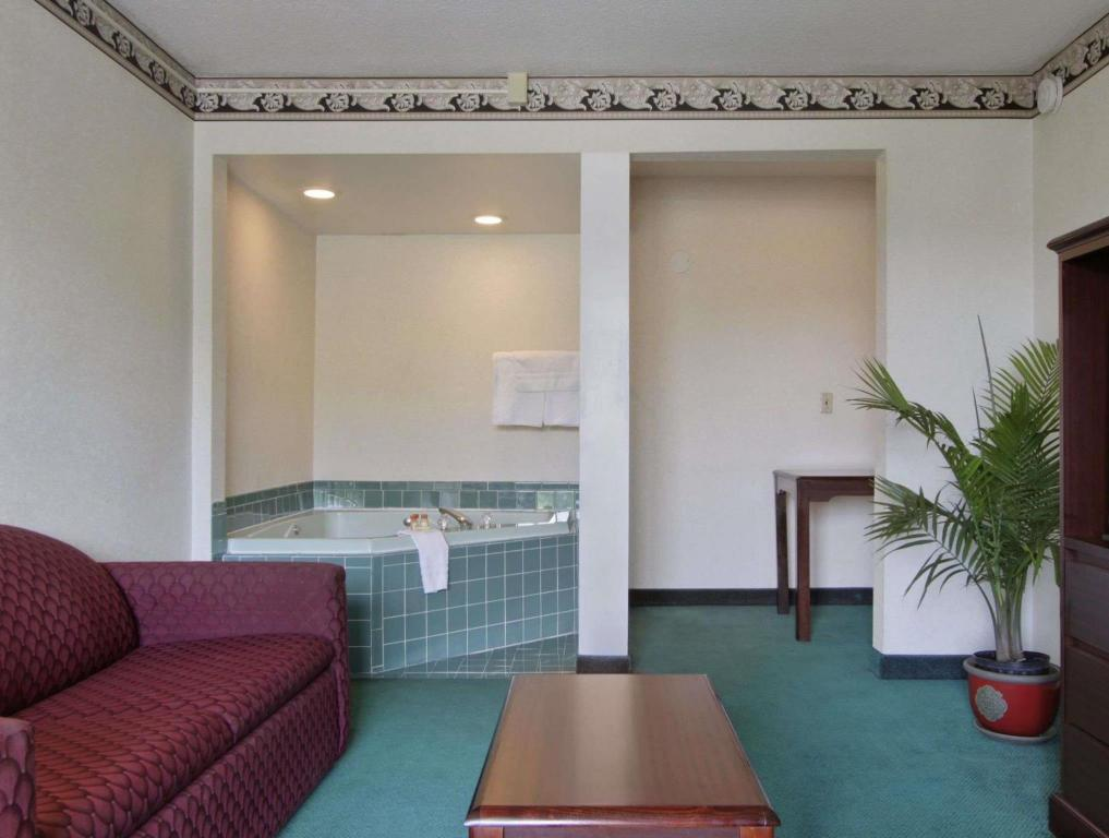 Interior view Days Inn by Wyndham Roanoke Civic Center