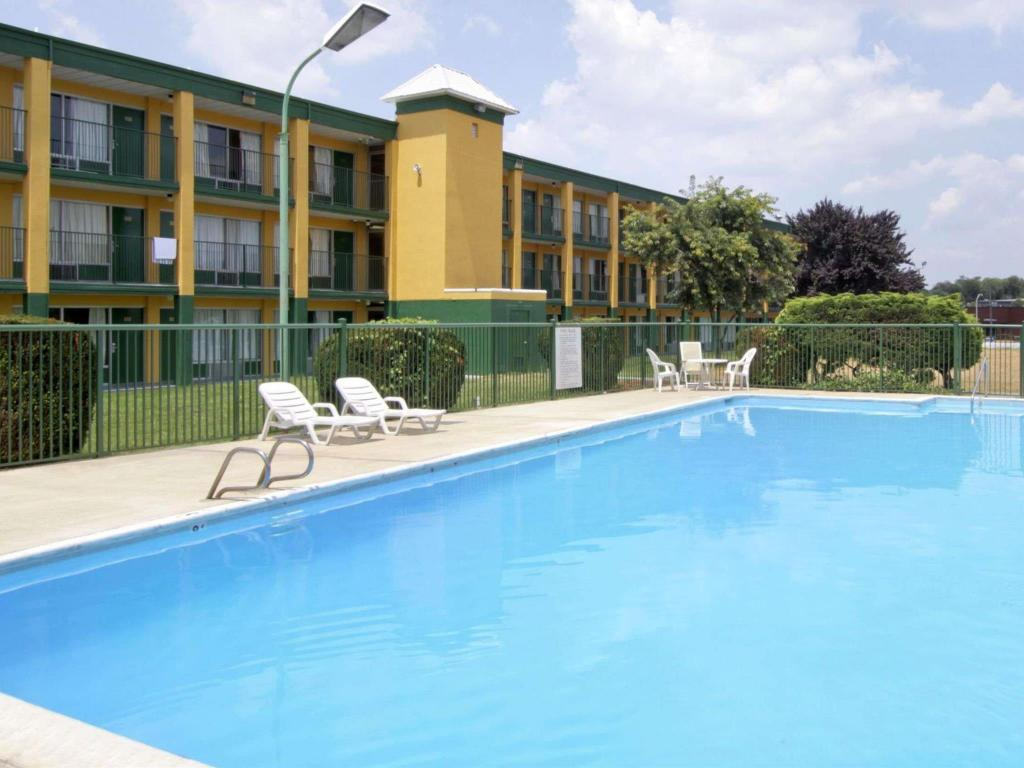 Swimming pool Days Inn by Wyndham Roanoke Civic Center