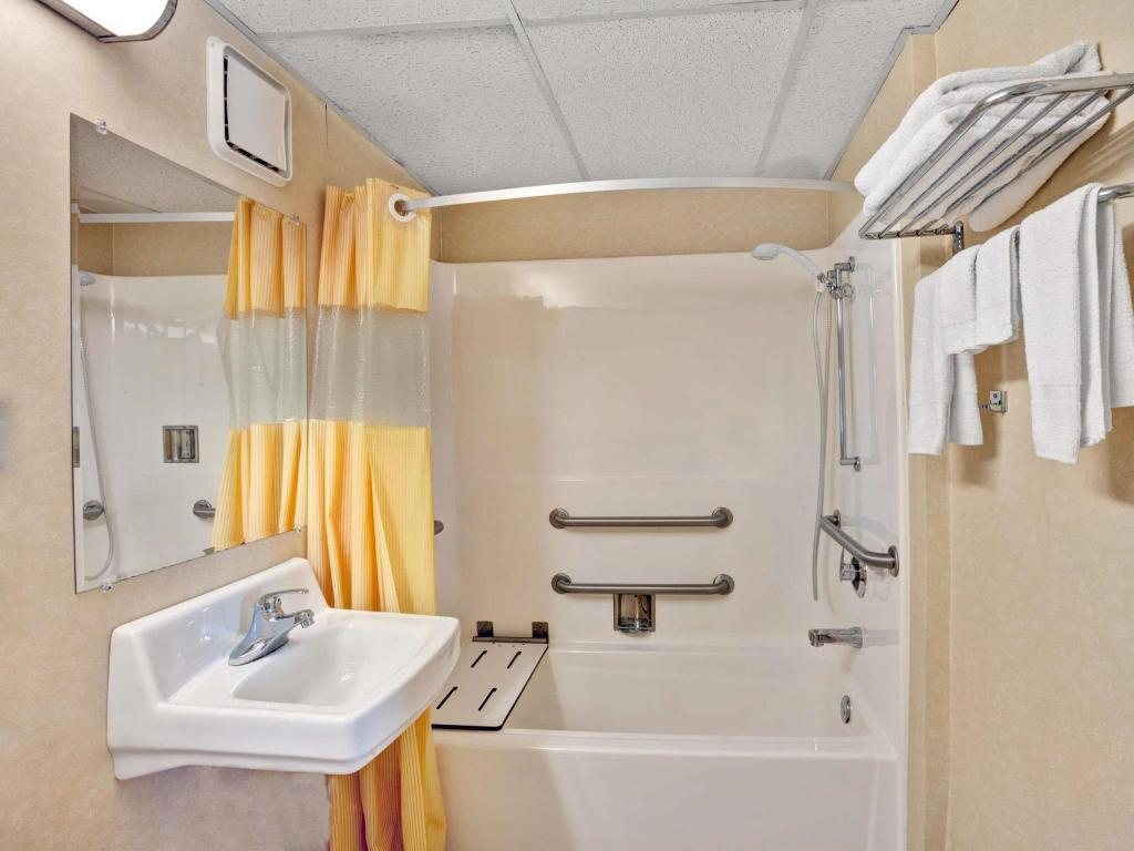 Kamar Mandi Days Inn Fair and Expo/Airport Louisville