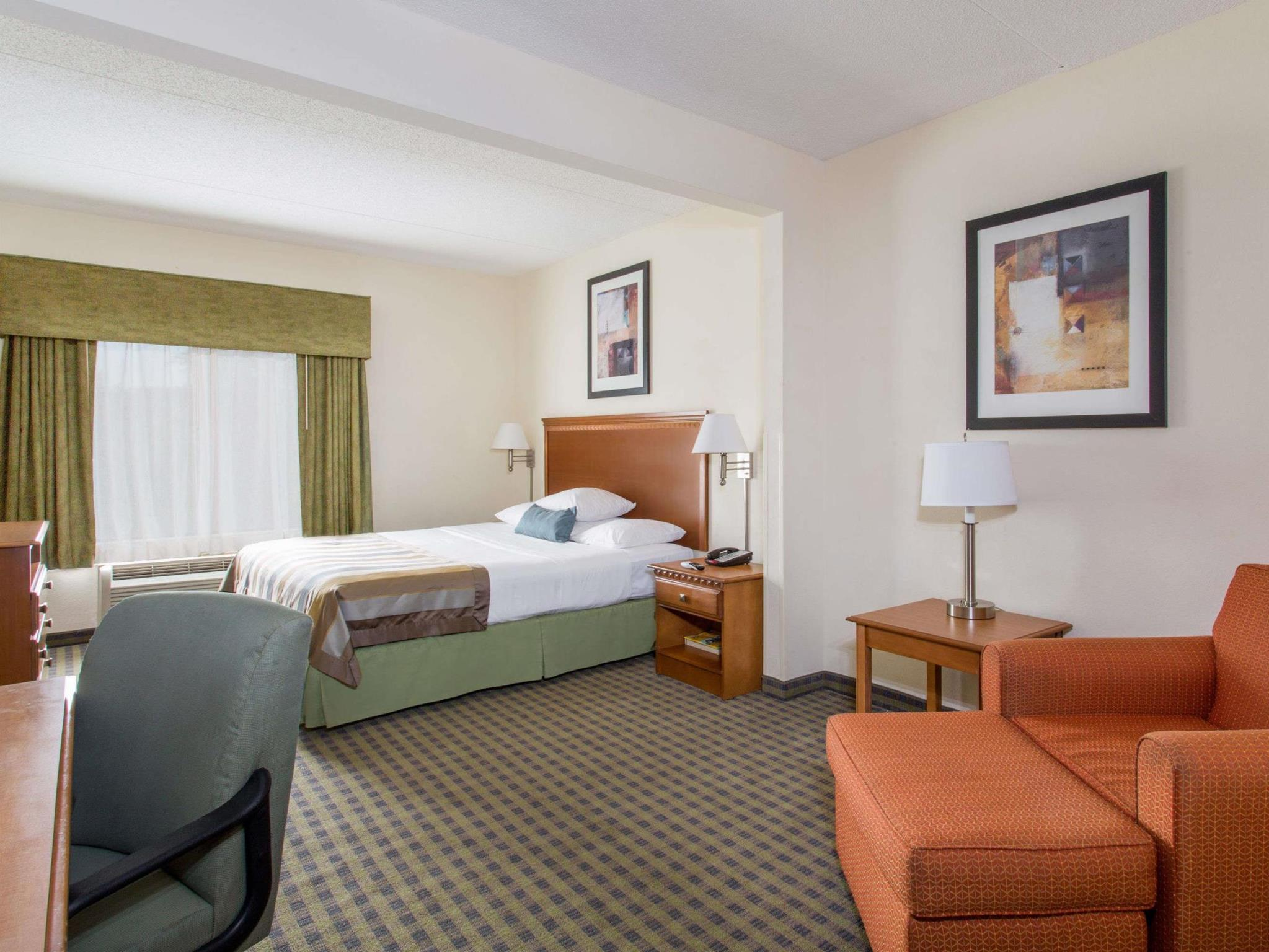 1 King Bed - Nonsmoking Suite - Free Breakfast, Free Wifi, Mini Fridge, Whirlpool