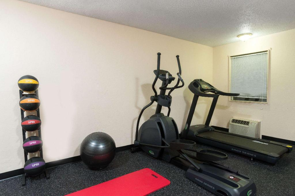 fitness centrum Days Inn by Wyndham Indianapolis East Post Road
