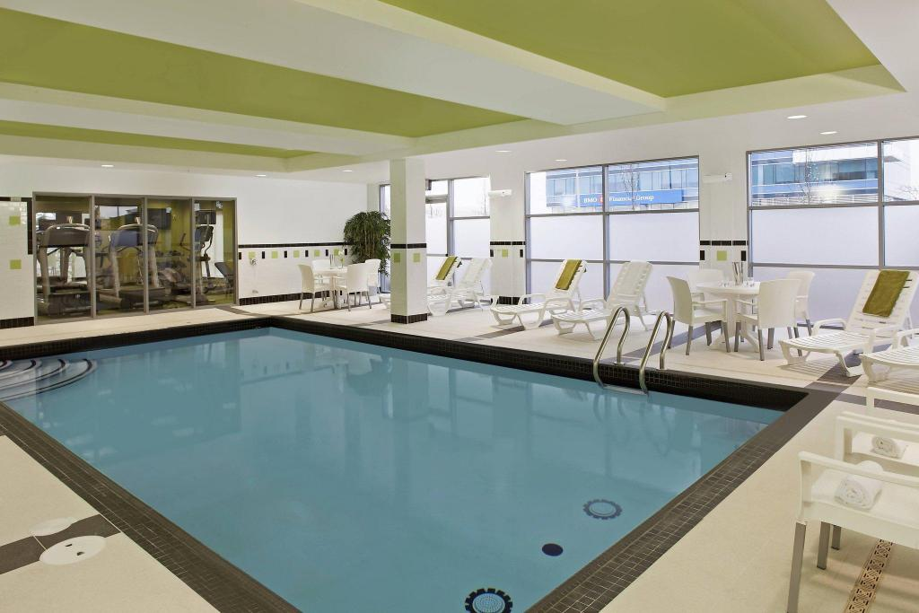 Swimming pool Fairfield Inn & Suites by Marriott Toronto Mississauga