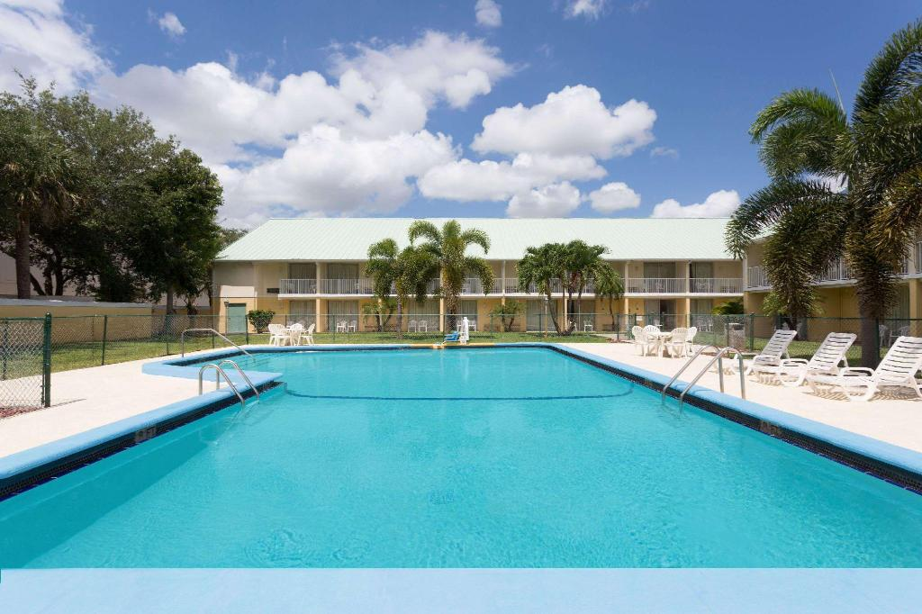 Kolam renang luar ruangan Howard Johnson by Wyndham Vero Beach / Downtown