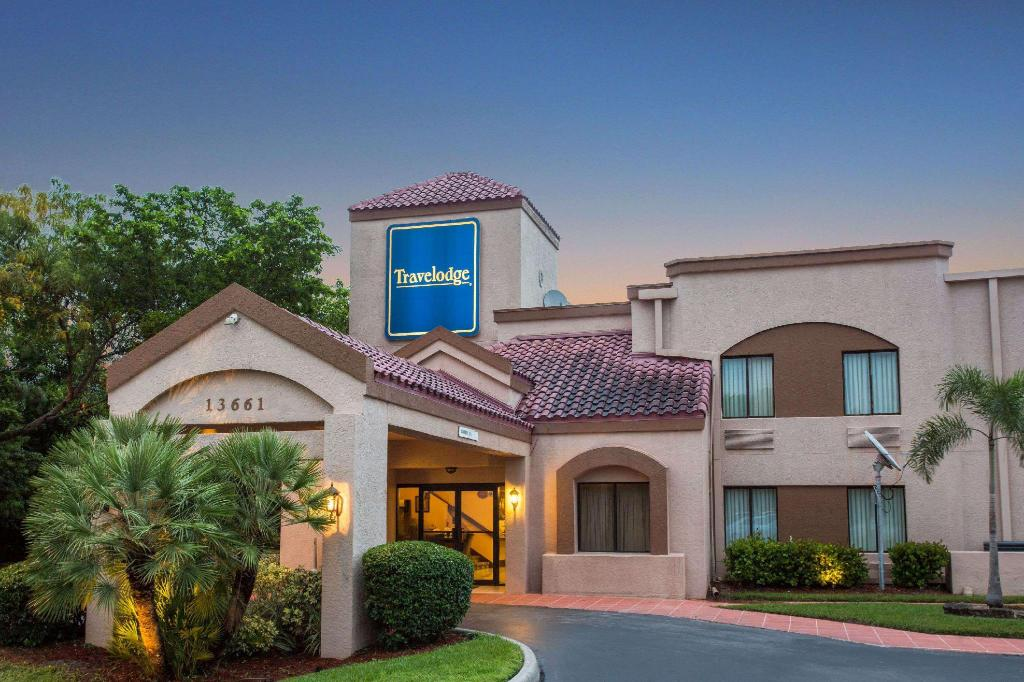 Exterior view Travelodge by Wyndham Fort Myers Airport
