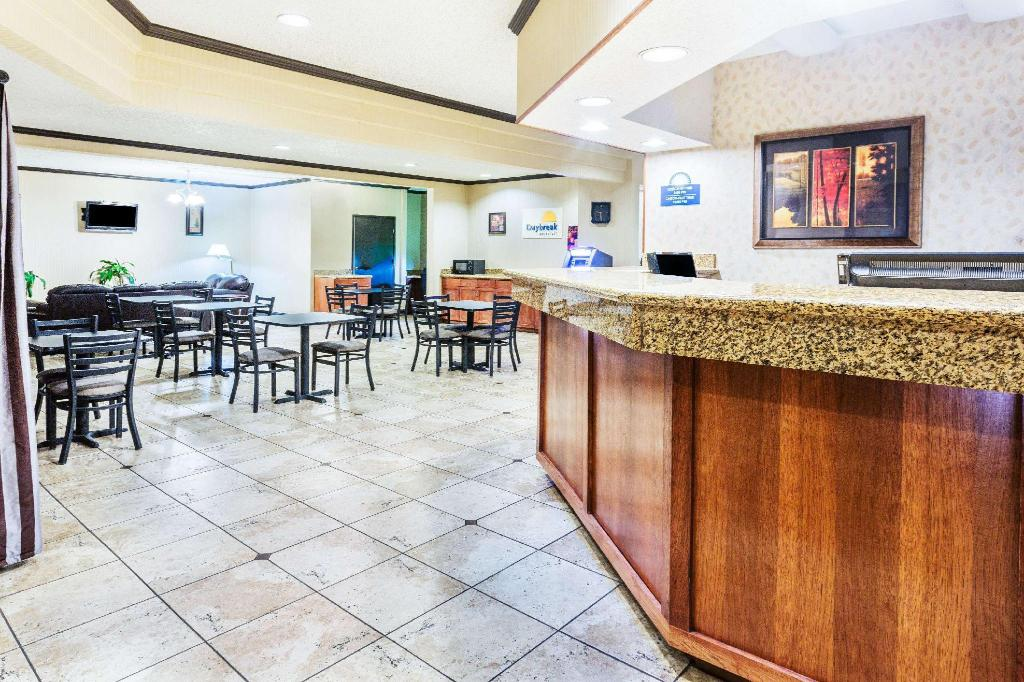 לובי Days Inn & Suites by Wyndham Vancouver