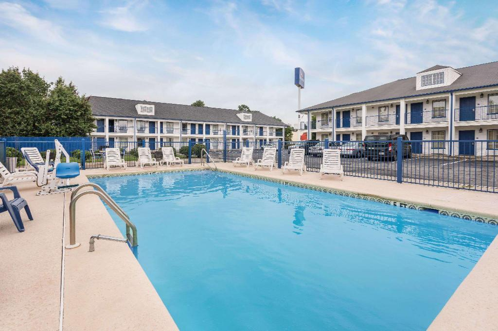 Swimming pool [outdoor] Baymont by Wyndham Macon I-475