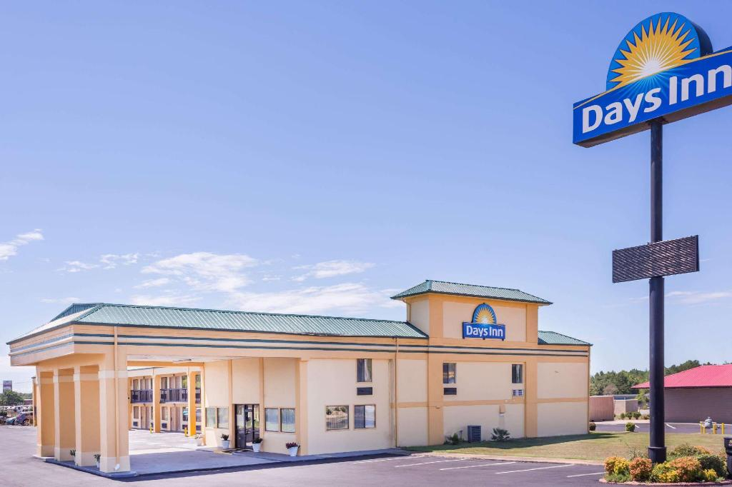 Vista Exterior Days Inn by Wyndham Byron