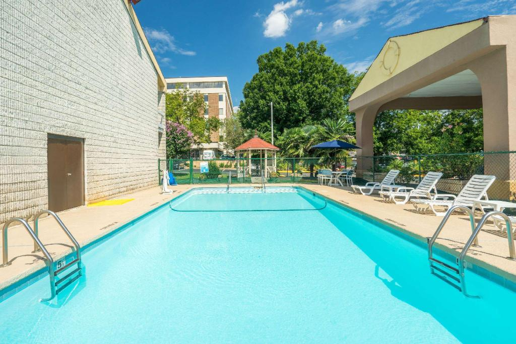 Kolam renang luar ruangan Days Inn by Wyndham Raleigh Midtown