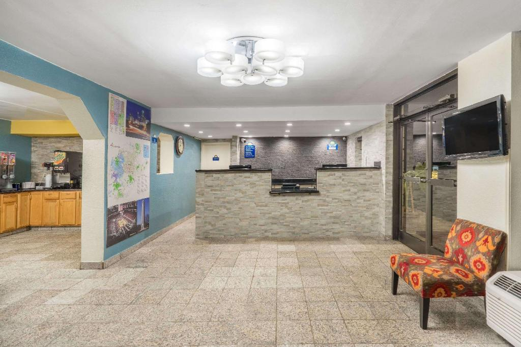 Lobby Days Inn by Wyndham Raleigh Midtown