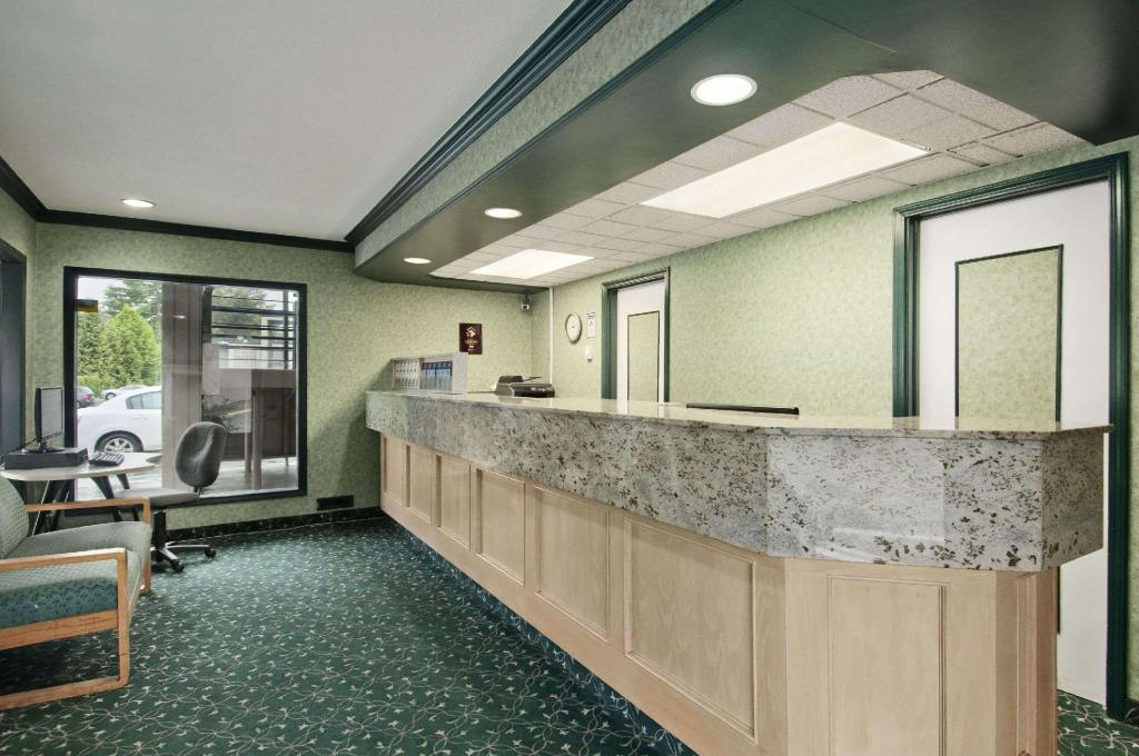 Lobby Travelodge by Wyndham Vancouver Lions Gate