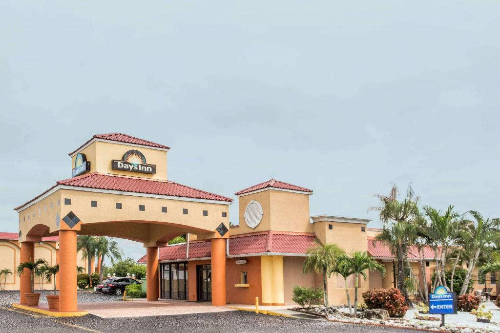 Exterior view Days Inn by Wyndham Fort Myers