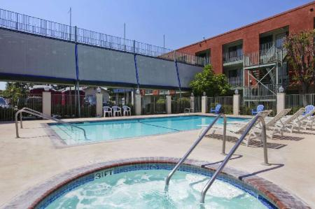 Swimming pool [outdoor] Travelodge Inn & Suites by Wyndham Anaheim on Disneyland Dr