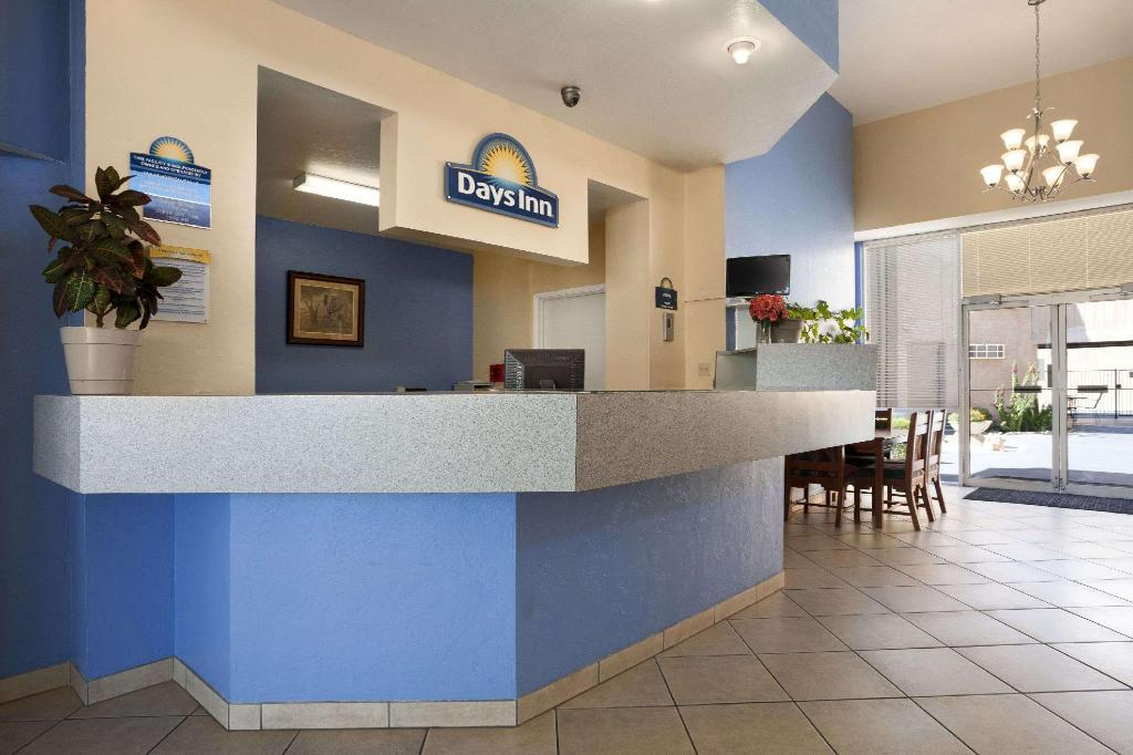 Lobby Days Inn & Suites by Wyndham Tucson AZ
