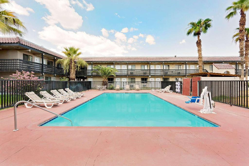 Piscina al aire libre Days Inn & Suites by Wyndham Needles