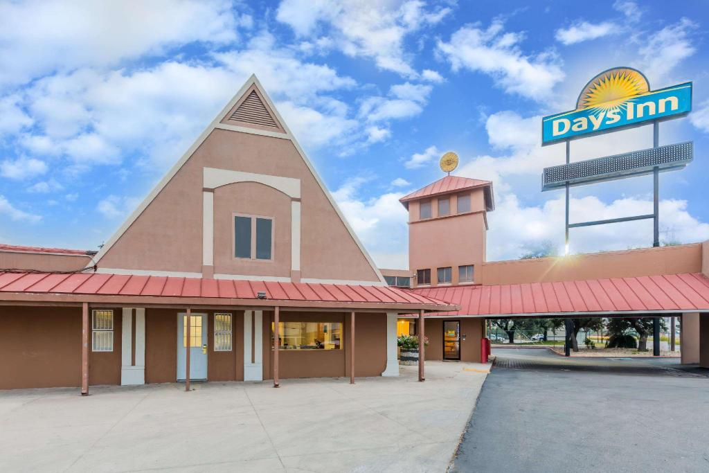 Days Inn By Wyndham San Antonio Splashtown  Att Center In