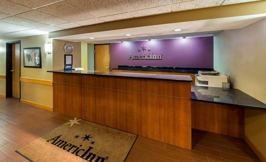 Lobi AmericInn by Wyndham Madison South