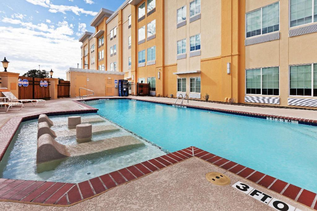 בריכת שחייה - חיצונית La Quinta Inn & Suites Dallas Love Field
