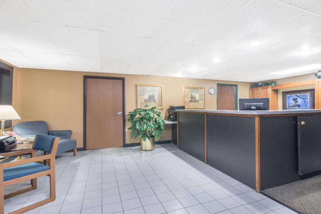 Foyer Days Inn by Wyndham Sioux Falls Airport