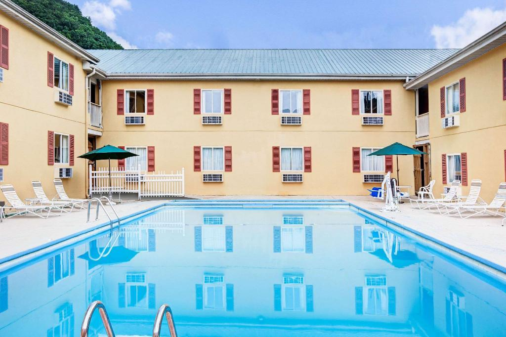 Swimming pool [outdoor] Days Inn & Suites by Wyndham Downtown Gatlinburg Parkway