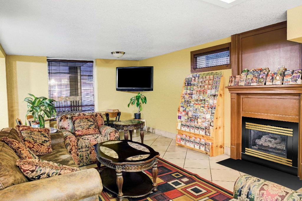 Lobby Days Inn & Suites by Wyndham Downtown Gatlinburg Parkway