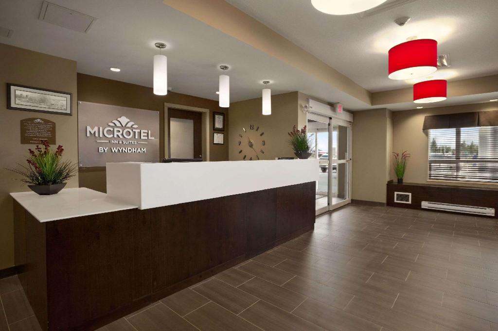 Lobi Microtel Inn & Suites by Wyndham Lloydminster
