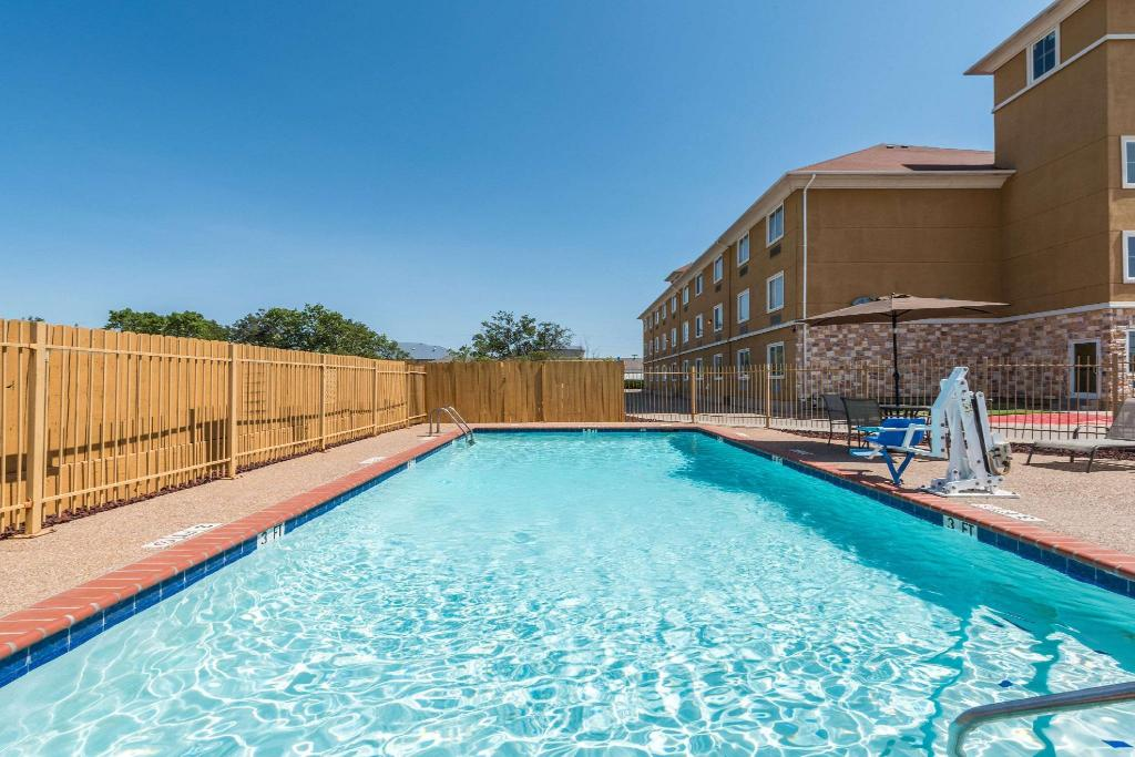 בריכת שחייה - חיצונית Days Inn & Suites by Wyndham Cleburne TX