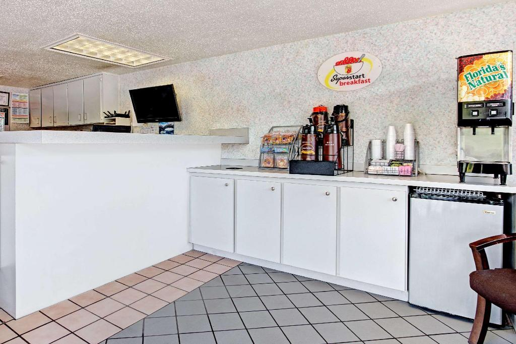 大厅 坦帕U.S.F.速8酒店-近布希花园市中心 (Super 8 By Wyndham Tampa U.S.F. Near Busch Gardens Downtown)