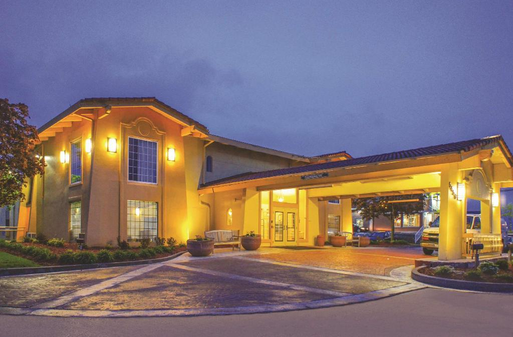 Exterior view La Quinta Inn by Wyndham Moline Airport