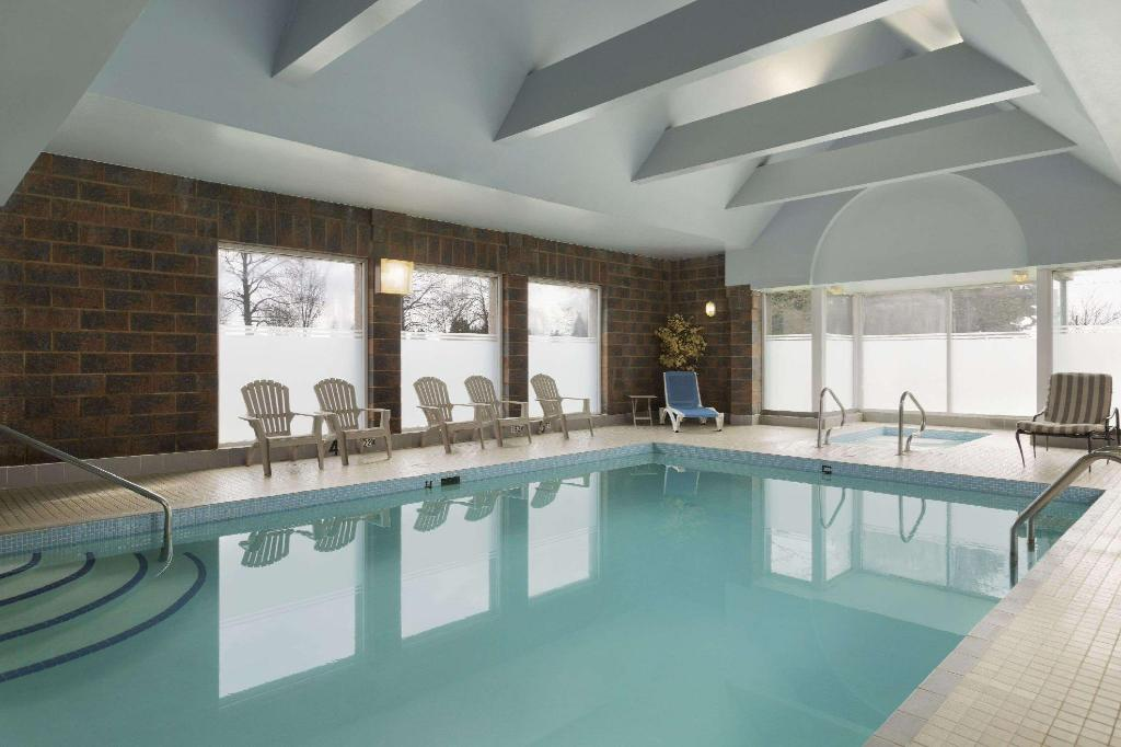 Swimming pool Travelodge by Wyndham Vancouver Airport