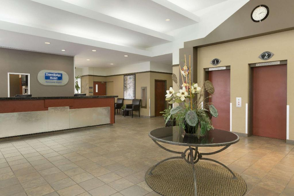 Lobby Travelodge by Wyndham Vancouver Airport