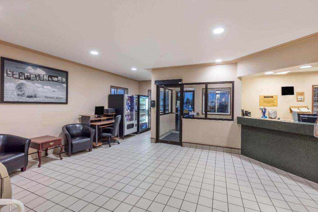 Lobby Super 8 By Wyndham Moose Jaw Sk