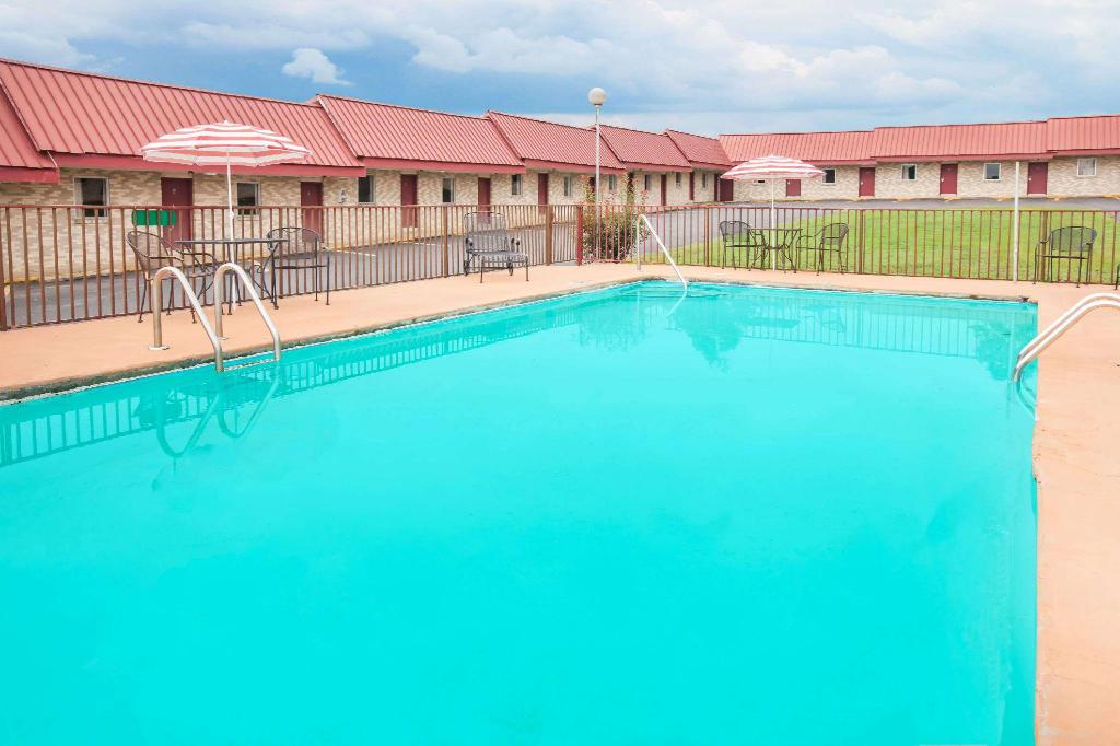 Swimming pool [outdoor] Days Inn by Wyndham Mountain View