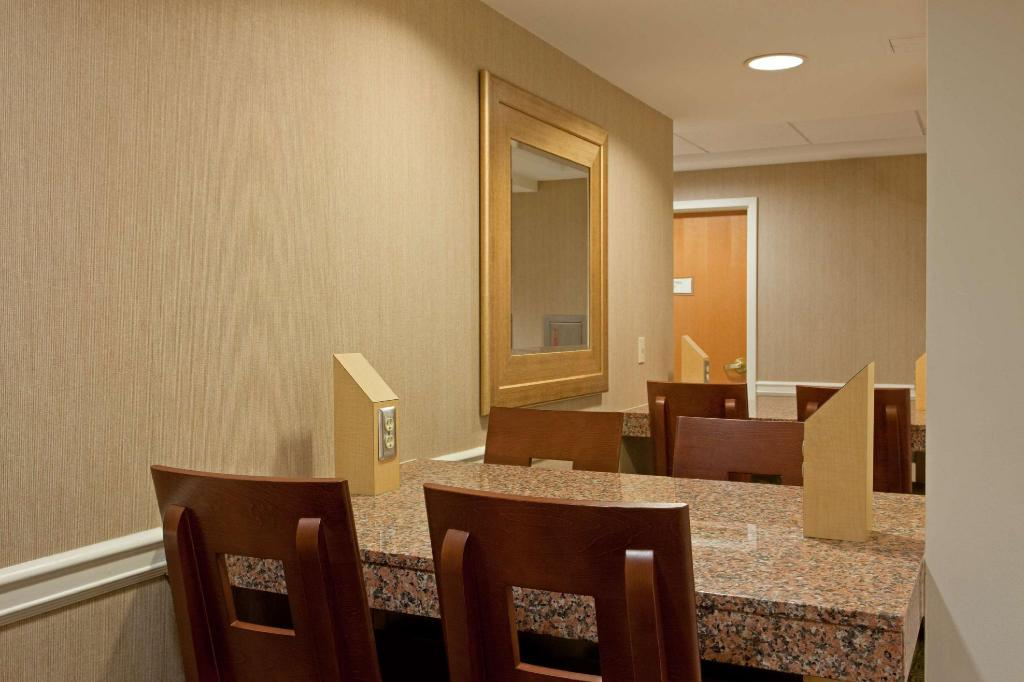 Tampilan interior La Quinta Inn & Suites Boston Somerville