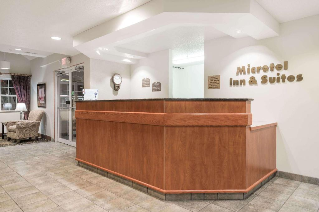 Lobi Microtel Inn & Suites by Wyndham Rice Lake