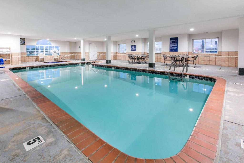 Swimming pool Microtel Inn & Suites by Wyndham Oklahoma City Airport