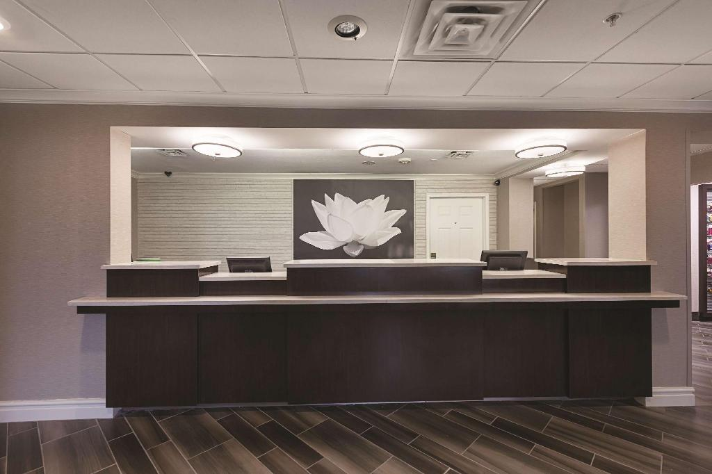 Lobi La Quinta Inn & Suites Raleigh Durham International Airport