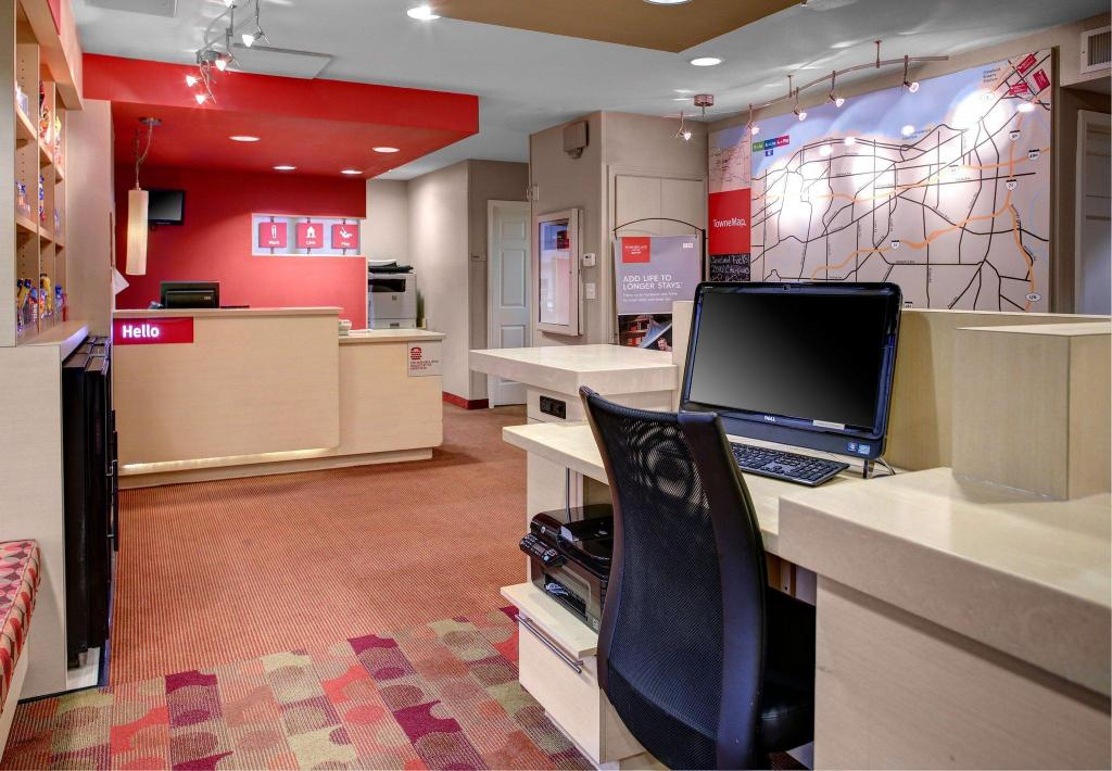 Lobi TownePlace Suites Cleveland Airport