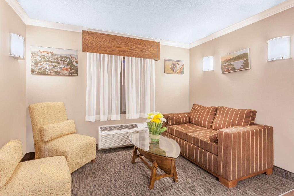 Lobi Days Inn & Suites by Wyndham Plattsburgh