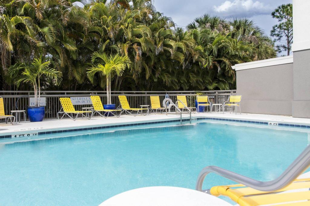 Kolam renang luar ruangan Fairfield Inn & Suites Fort Myers Cape Coral
