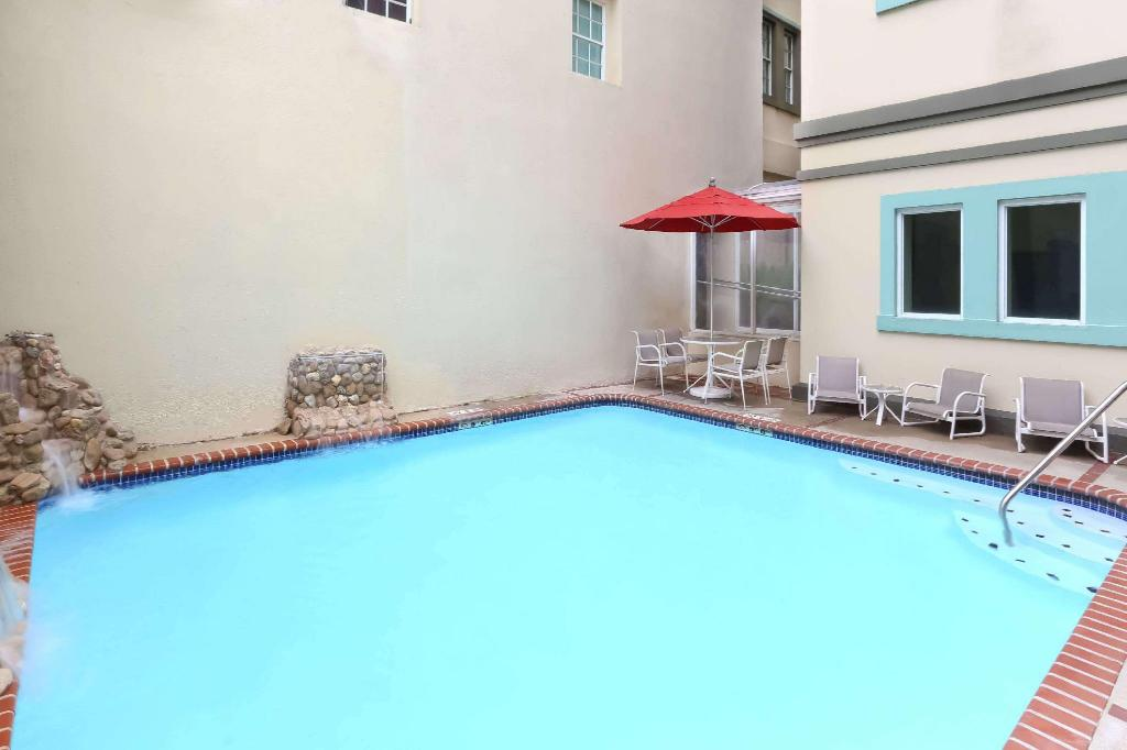 Swimming pool [outdoor] Howard Johnson Inn Downtown Mayaguez Pr