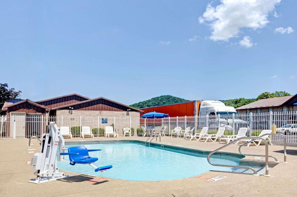 piscina al aire libre Days Inn by Wyndham Charleston East