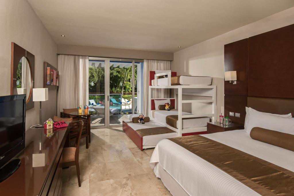 Family Club - Pool Access - Bed