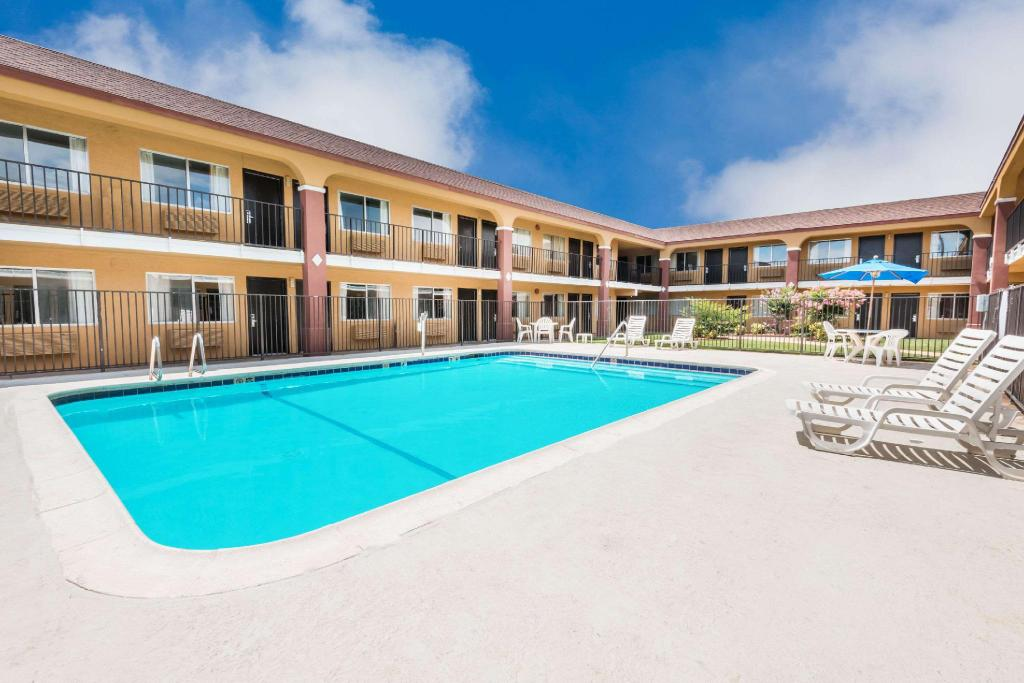 Swimming pool [outdoor] Super 8 By Wyndham Midwest City Ok