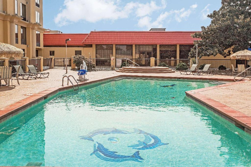 Swimming pool [outdoor] La Quinta Inn & Suites Hickory