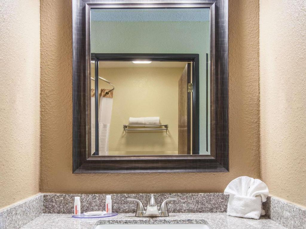 Bathroom Days Inn by Wyndham Arlington