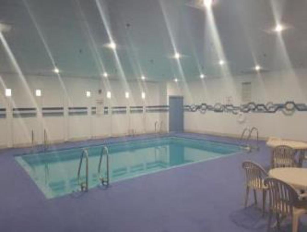 Swimming pool Howard Johnson by Wyndham Sioux City