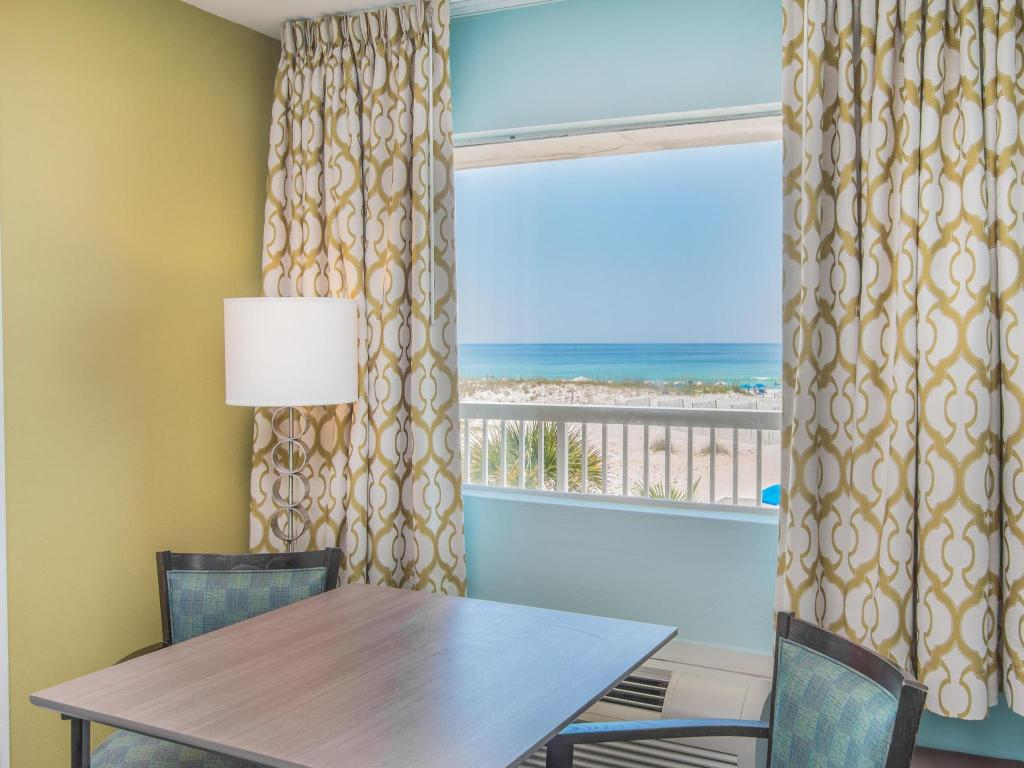 Tampilan interior Days Inn by Wyndham Pensacola Beachfront