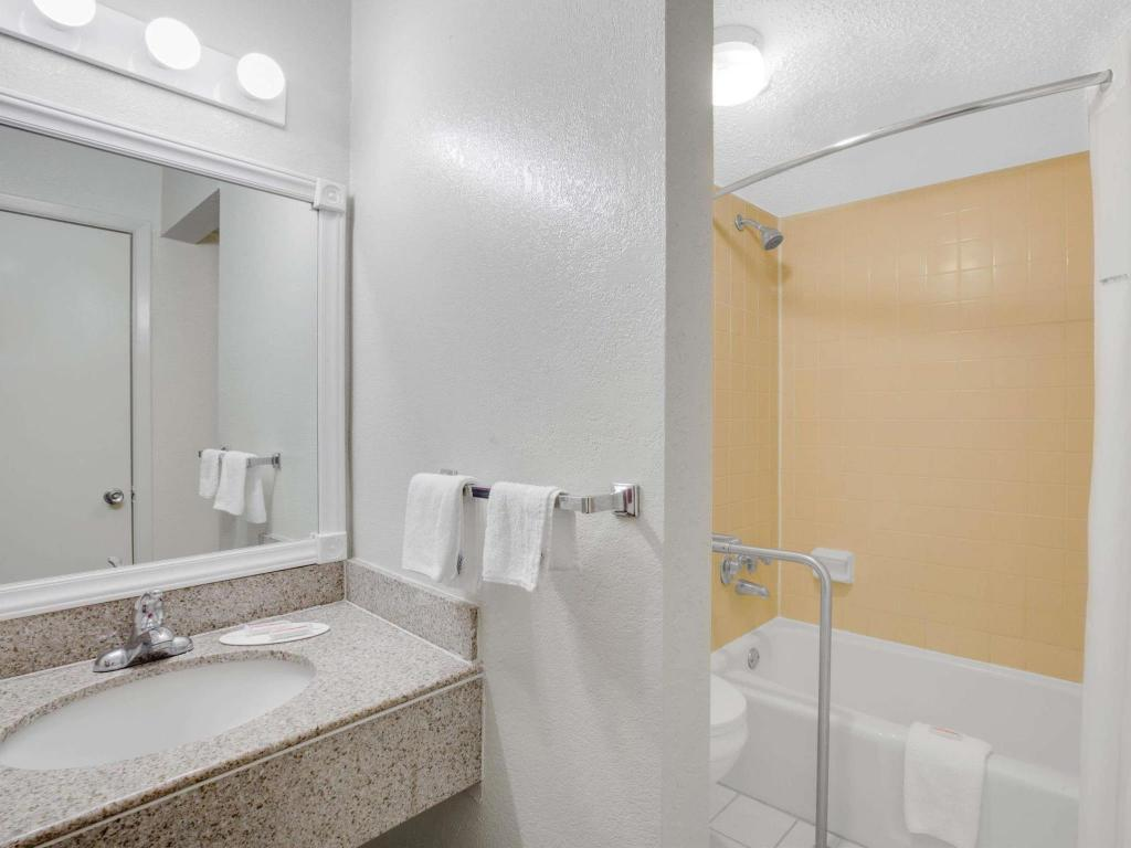 Baño Days Inn by Wyndham Asheville West