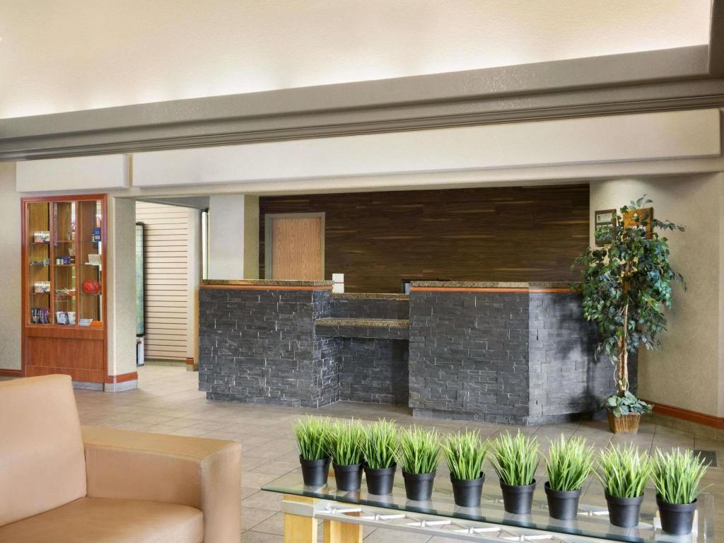 Lobby Days Inn by Wyndham Calgary Airport